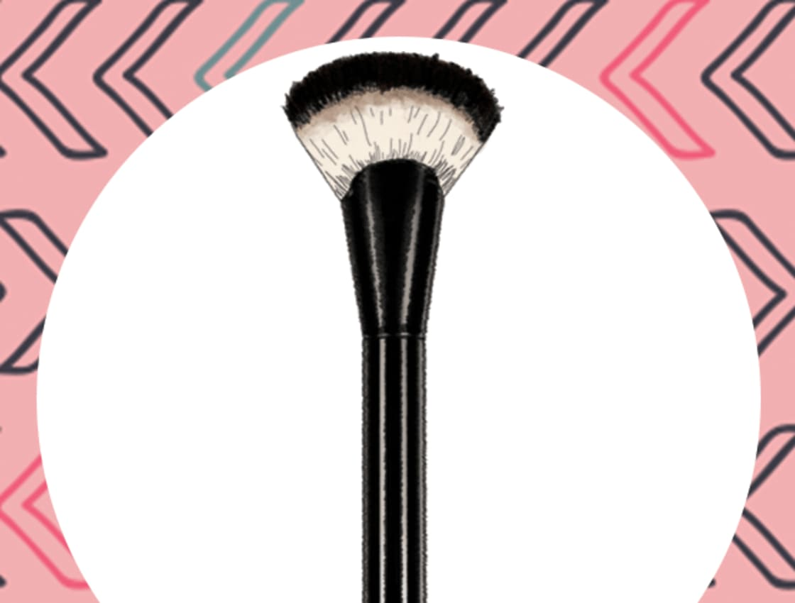 How To Use A Fan Makeup Brush Correctly